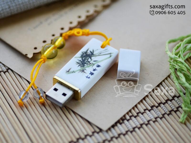 USB nhựa in logo nắp rời in cây trúc có khoen móc
