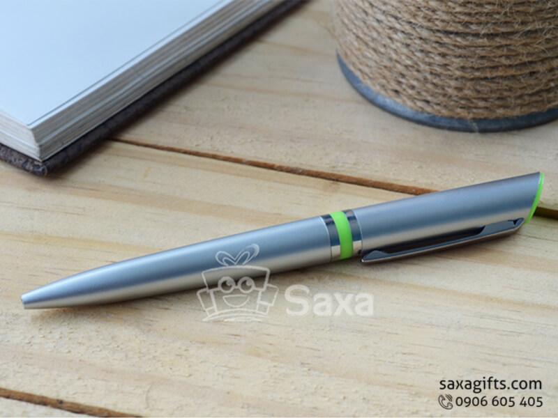 Bút bi nhựa in logo giá rẻ thân màu xám điểm xanh nổi bật