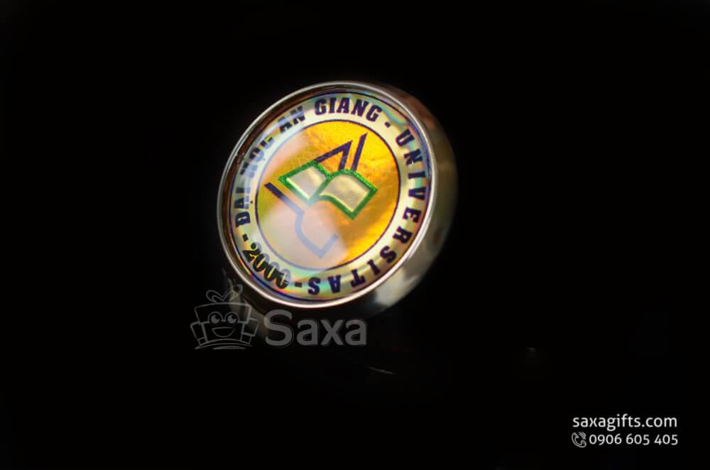 Huy hiệu cài áo in logo trường đại học giá rẻ