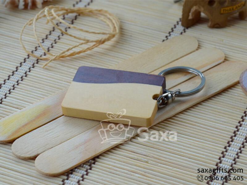 Móc khóa gỗ hình chữ nhật 2 màu vàng và nâu