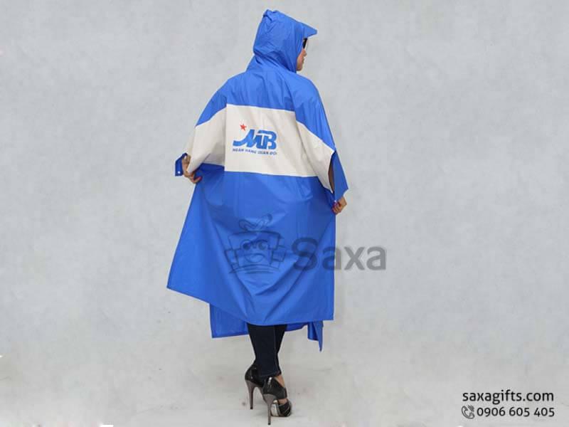 Áo mưa cánh dơi in logo vải nhựa phối 2 màu ở thân