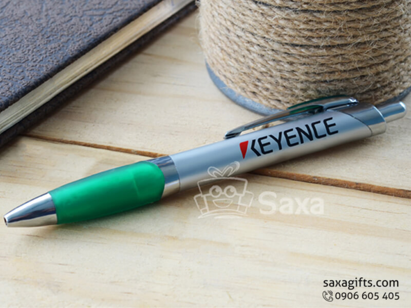 Bút bi nhựa in logo quảng cáo phối cao su ở thân bút