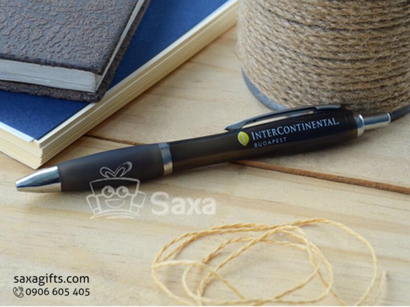 Bút bi nhựa lót cao su mềm màu đen