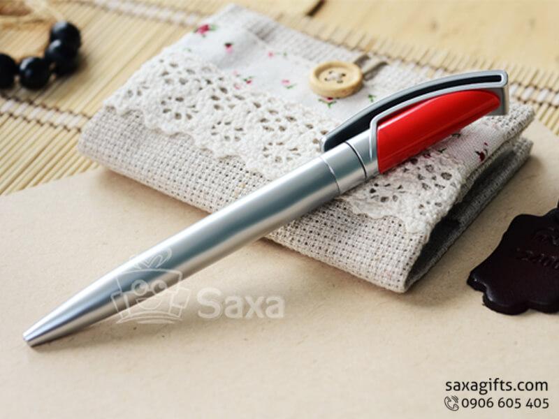 Bút bi nhựa kiểu xoay màu bạc phối đỏ