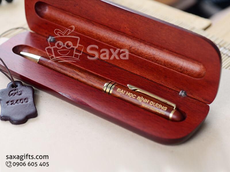 Bút ký gỗ in logo bằng gỗ maple nắp xoay màu đỏ