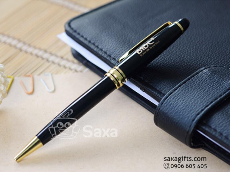 Bút kim loại màu đen phối vàng nắp xoay tròn