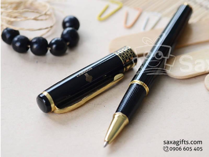 Bút ký kim loại in logo nắp rời màu đen có họa tiết hoa văn
