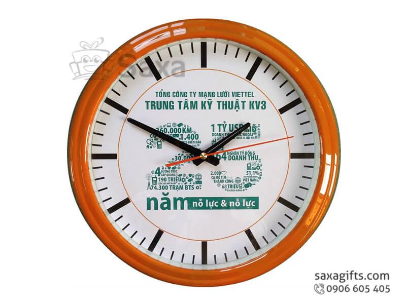 Đồng hồ treo tường in logo viền giả gỗ của Viettel