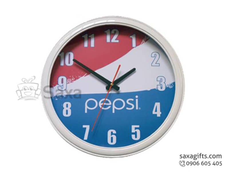 Đồng hồ treo tường in logo hình tròn viền trắng của Pepsi