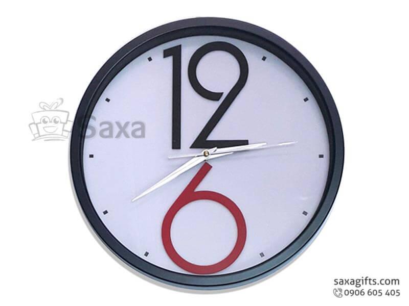 Đồng hồ treo tường in logo viền đen phối trắng số cách điệu