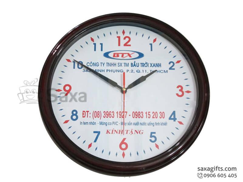 Đồng hồ treo tường in logo hình tròn giả gỗ vạch số phối màu của BTX