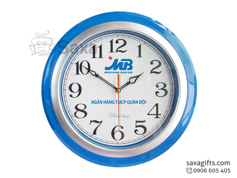 Đồng hồ treo tường hình tròn viền phối 2 màu của MBBank