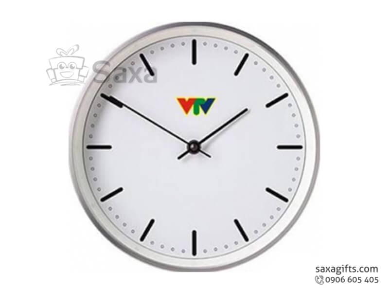 Đồng hồ treo tường in logo hình tròn vạch số tối giản của VTV