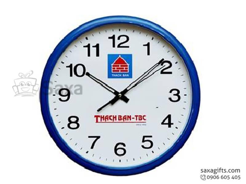 Đồng hồ treo tường in logo hình tròn xanh phối trắng của Thạch Bàn