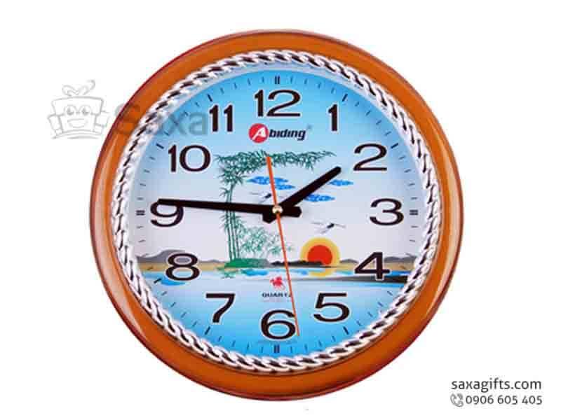 Đồng hồ treo tường in logo hình tròn viền giả gỗ phối bạc cổ điển