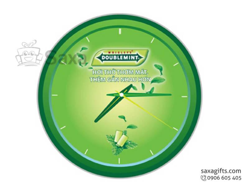 Đồng hồ treo tường in logo hình tròn không số của Doublemint