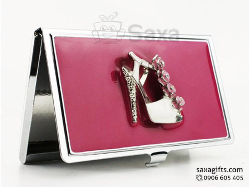 Hộp namecard kim loại in logo đính chiếc giày ở nắp