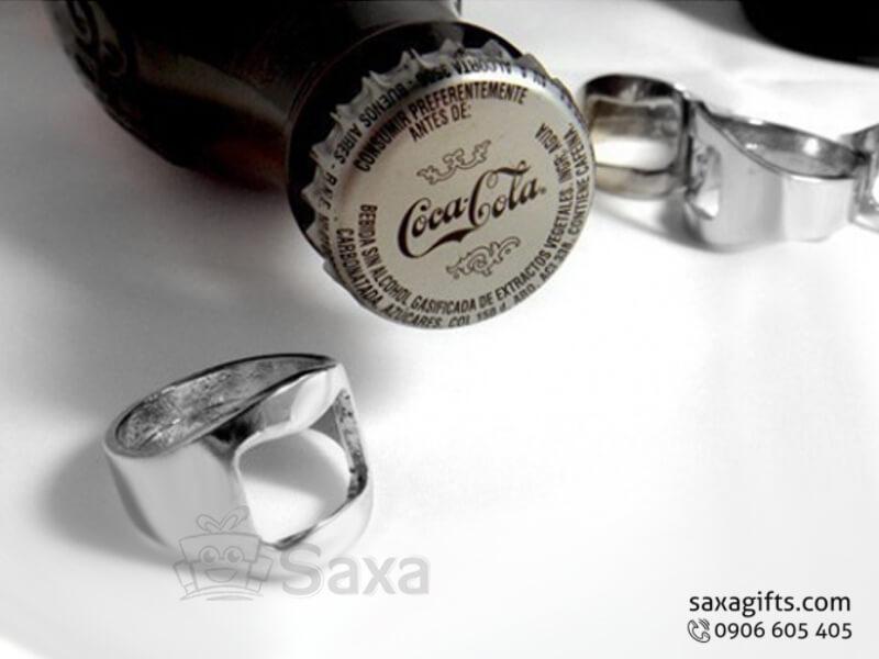 Khui bia in logo kim loại kiểu dáng nhẫn đeo tay