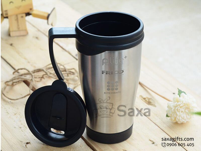 Ly giữ nhiệt in logo inox + nắp đậy có lỗ cắm ống hút và tay cầm