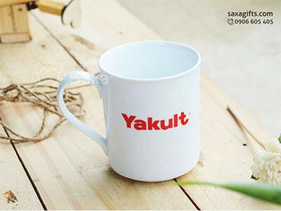 Ly sứ in logo Yakult hiệu CK nhập khẩu tay cầm hình dấu hỏi