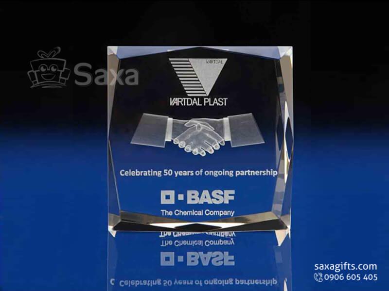 Kỷ niệm chương pha lê khắc logo 3D hình khối