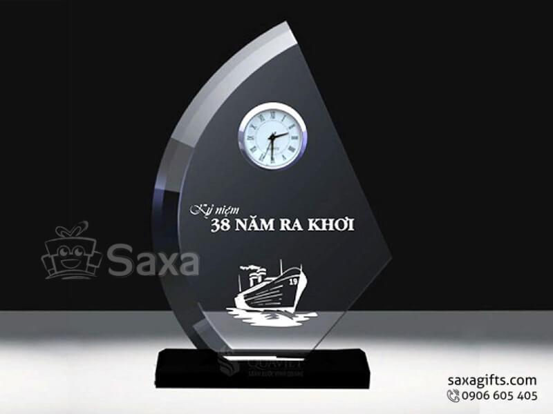 Kỷ niệm chương pha lê khắc logo có đồng hồ hình cánh buồm