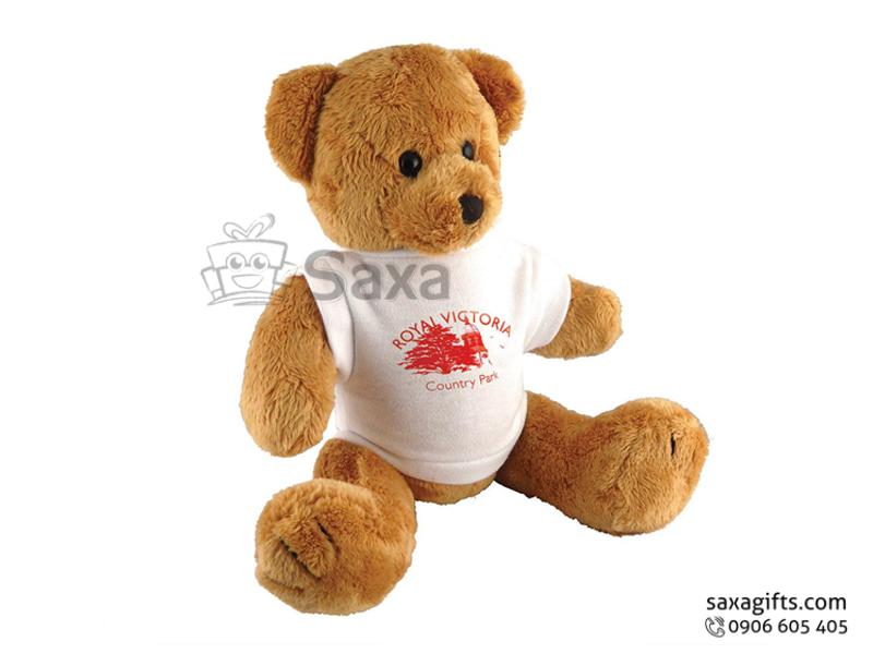 Gấu nhồi bông in logo Royal Victoria mặc áo thun trắng