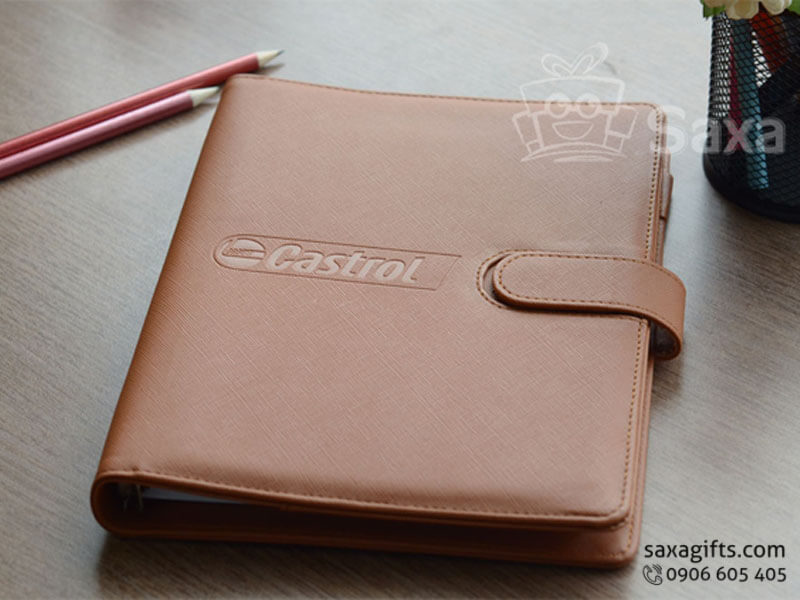 Sổ da bìa còng màu nâu gân nhám dập logo – SD007