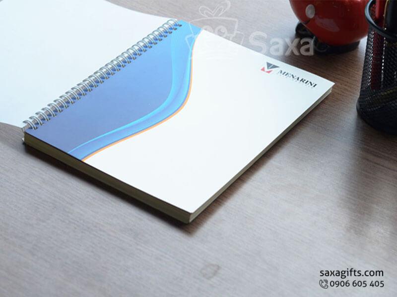 Sổ note lò xo in logo khổ A5 bìa giấy couche màu xanh phối trắng