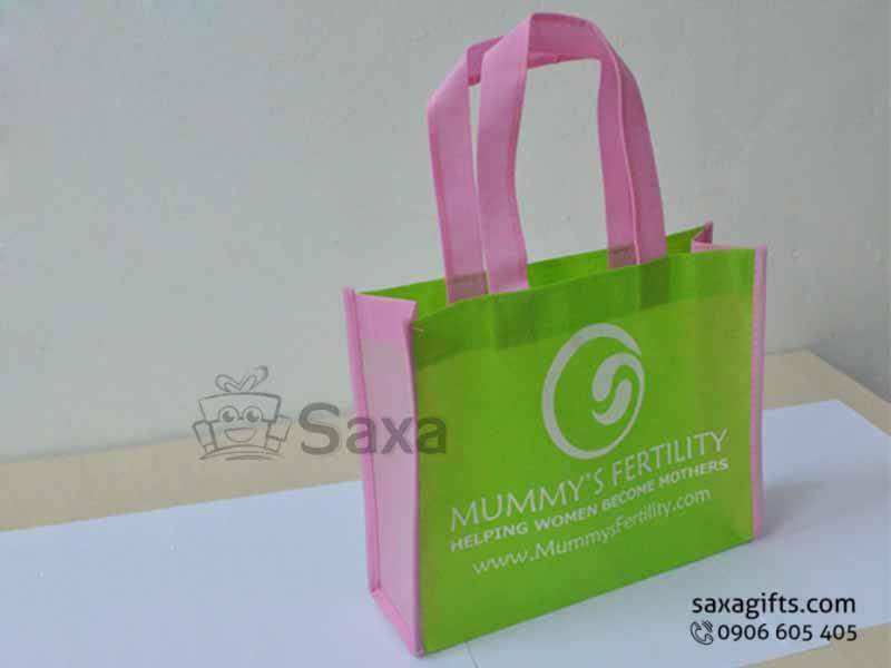 Túi môi trường in logo dạng túi hộp phối màu hông và quai