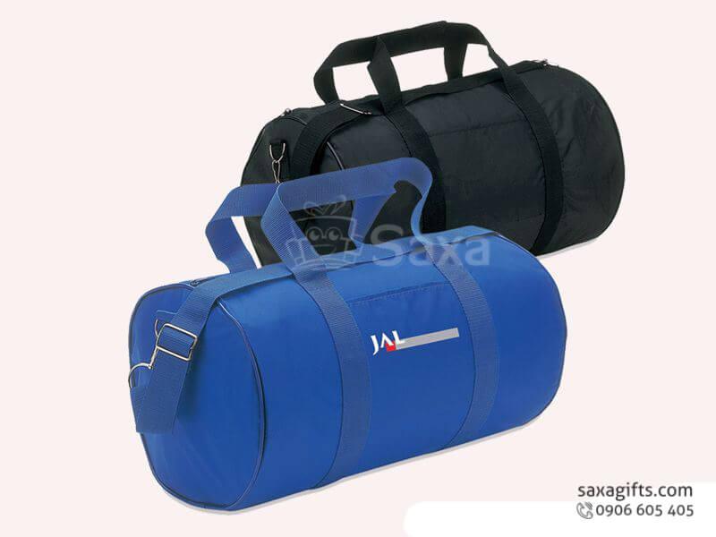 Túi du lịch in logo JAL hình trống quai xách chạy dọc thân