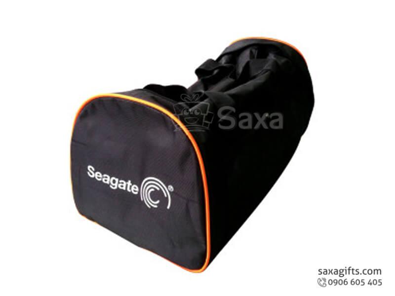 Túi du lịch in logo Seagate màu đen viền cam