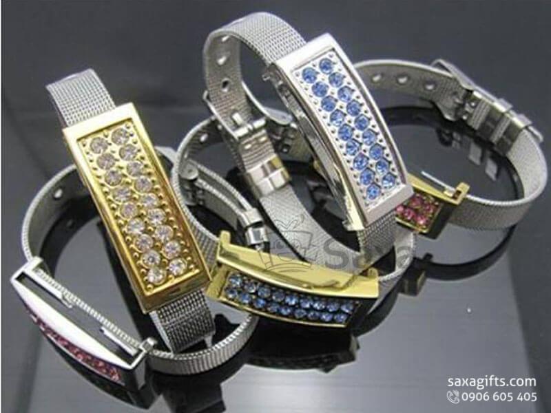 Usb kim loại in logo xoay vòng đeo tay đính đá có khóa cài