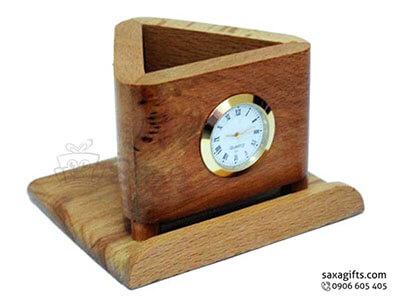 Quà để bàn gỗ in logo 2in1 gồm đồng hồ và lọ cắm bút hình tam giác