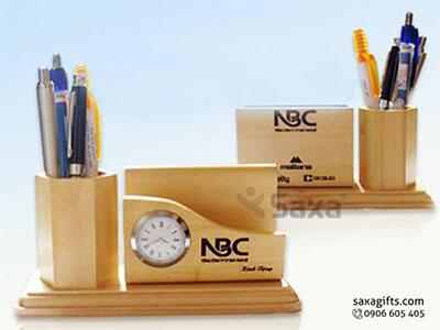Quà để bàn gỗ in logo 3in1: lọ cắm bút + đồng hồ + khe đựng namecard