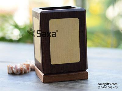 Lọ cắm viết gỗ để bàn in logo phối màu sang trọng