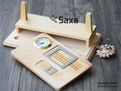 Quà để bàn gỗ in logo 4in1: khe đựng bút + namecard + đồng hồ và lịch vạn niên