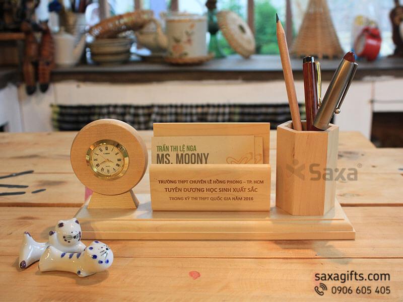 Quà để bàn gỗ in logo 3in1: lọ cắm bút + namecard + đồng hồ để bàn