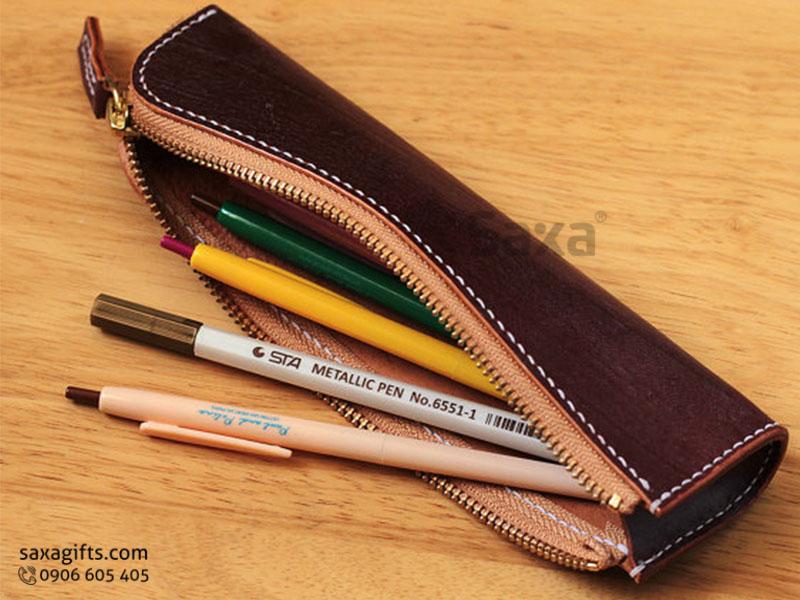 Ví da in logo đựng bút – Kiểu dáng ví dài có khóa kéo