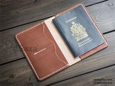 Ví passport da thật kiểu gấp đôi, chạy chỉ trắng nổi bật trên da nâu