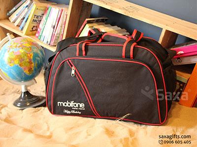 Túi du lịch quà tặng in logo Mobifone đen phối đỏ
