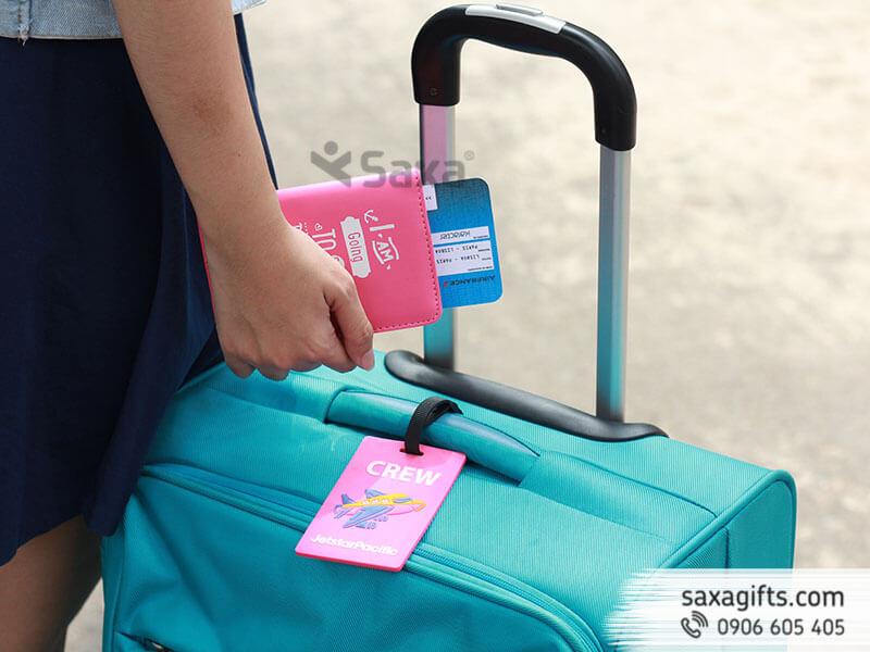 Bộ quà tặng: Ví passport giả da + Thẻ hành lý cao su màu hồng