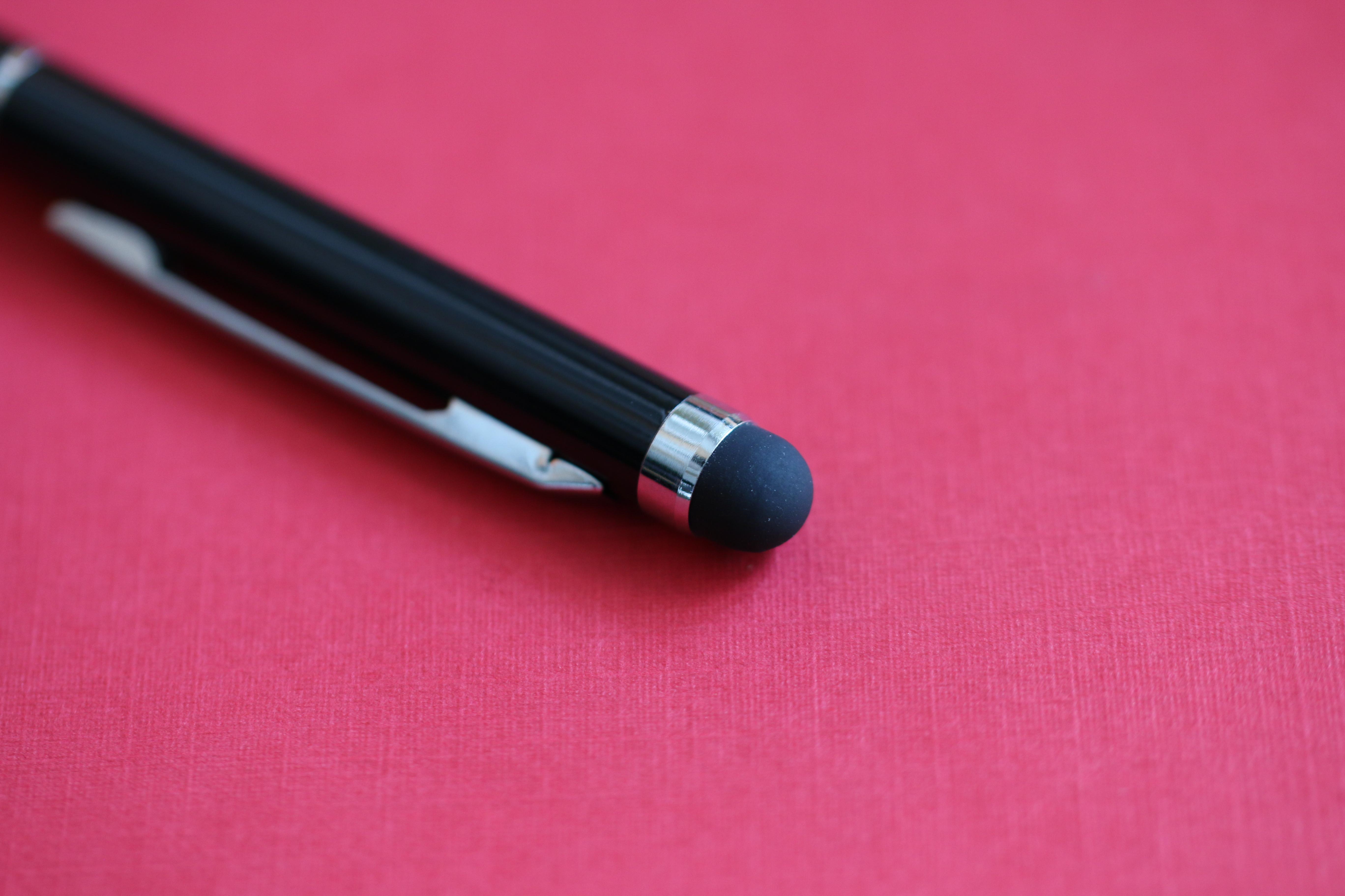 Bút bi kim loại đầu cảm ứng smartphone thân màu trắng thanh lịch