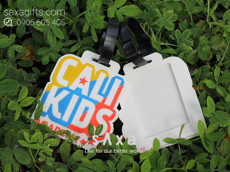 Thẻ đeo vào vali hành lý đổ khuôn cao su theo logo Cali Kids