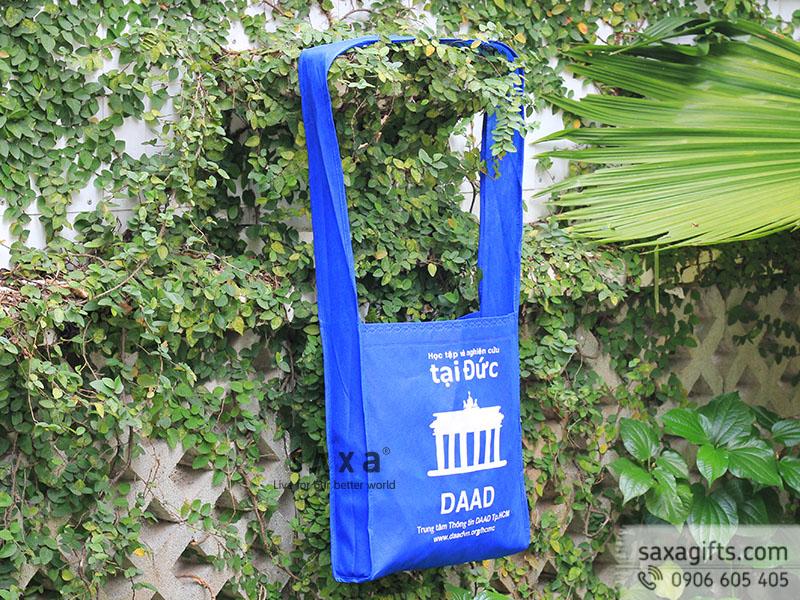 Túi đeo chéo vải môi trường màu xanh có dây đeo dài in logo DAAD