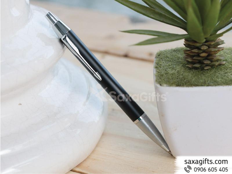 Bút kim loại kiểu bấm, sơn nhám phối bạc