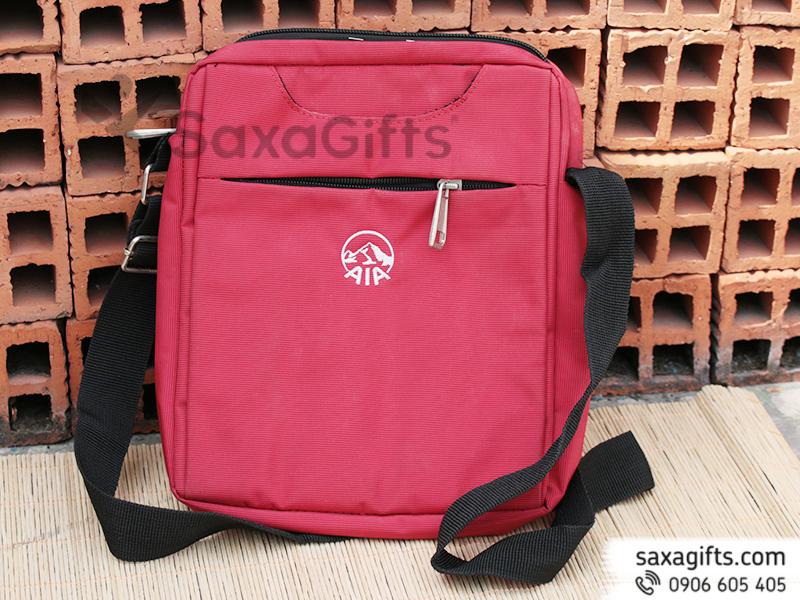 Túi laptop vải dù, kiểu đeo chéo thêu logo AIA