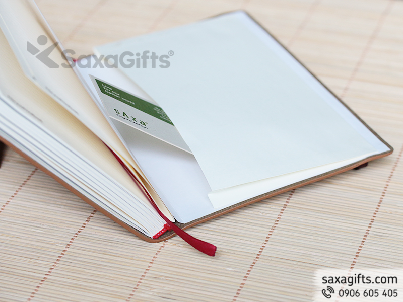 Sổ da gáy dán với bìa được sơn cạnh và có ngăn bì thư ở cuối sổ