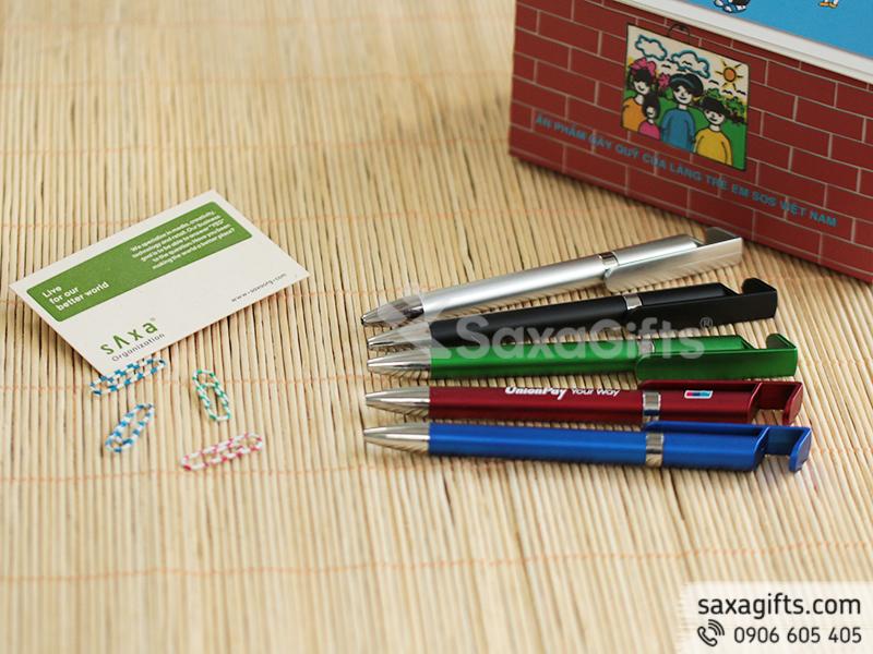 Bút bi tích hợp có phần đuôi bút có thể dùng để làm giá đỡ điện thoại