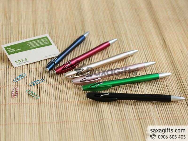 Bút bi cao cấp cách điệu tinh tế ở phần đuôi bút và giắc cài bút